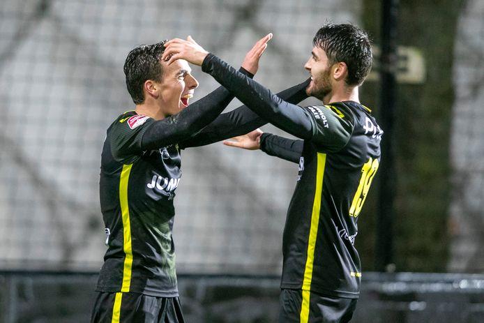 Bradly van Hoeven en Sam Hendriks, de beide doelpuntenmakers van GA Eagles, feliciteren elkaar.