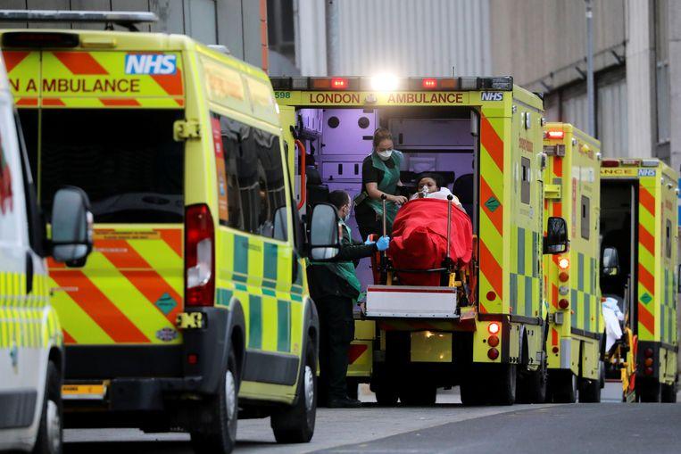 Ambulances rijden over rustige wegen om dan in de file te belanden. Beeld Reuters