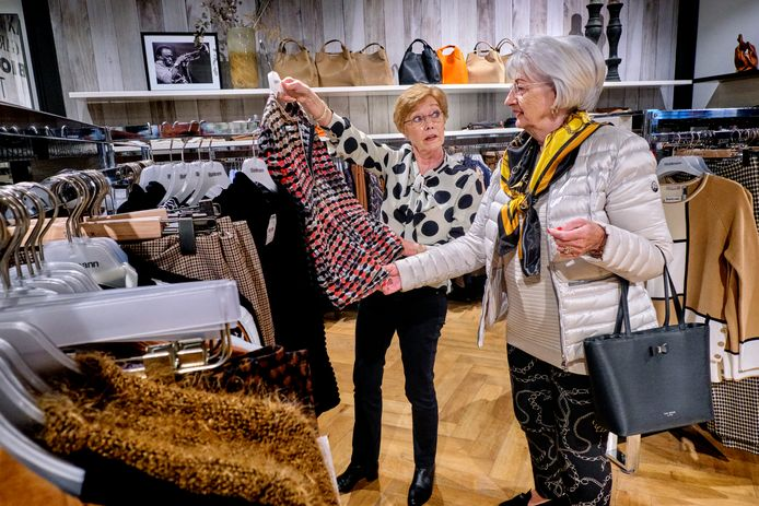 Joke van Randwijk (links) helpt een klant in de winkel van Bahlmann Mode.