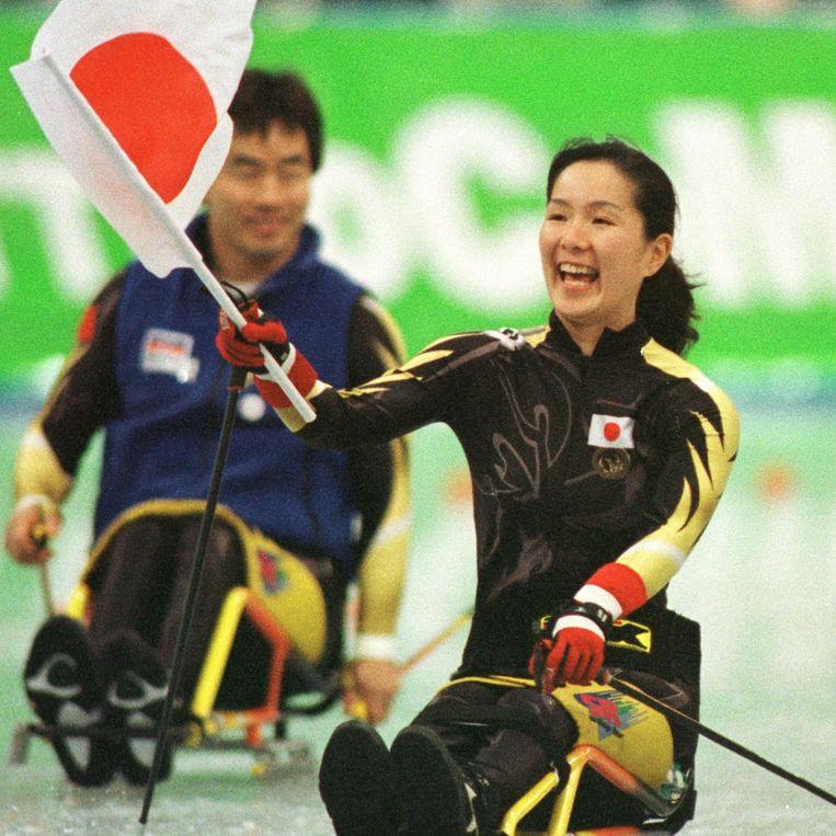 Drievoudig paralympisch kampioen Miki Matheson zwaait tijdens de Olympische Winterspelen van 1998 met de Japanse vlag. Beeld Hollandse Hoogte / AFP
