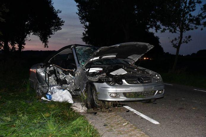 De automobilist vloog uit de bocht, reed tegen een paar bomen en kwam op de weg tot stilstand.