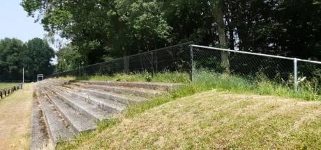 Victoria Boys plaatst 180 meter lang hek om hoofdveld, de das is niet meer welkom