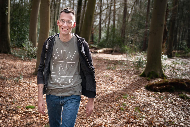 Journalist en schrijver Ernst Arbouw uit Groningen ging achter het verhaal aan van de initialen H.W.R. die in een boom gekerfd zijn in Eelde-Paterswolde. Die bleken van een Canadese soldaat te zijn, die bij de bevrijding van Groningen is omgekomen.
