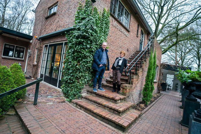 Zoon Kees van Wolfswinkel en zijn moeder Weimy bij het huis aan de Haarweg 75 in Maarsbergen..