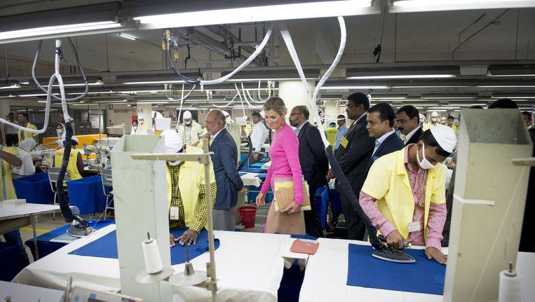 Koningin Maxima op bezoek bij een kledingfabriek in Bangladesh. Beeld anp