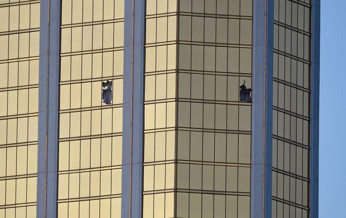 De gebroken ramen op de 32ste verdieping van het hotel Mandalay Bay.