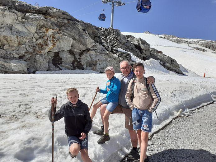 De familie Riesewijk in de Oostenrijkse sneeuw.