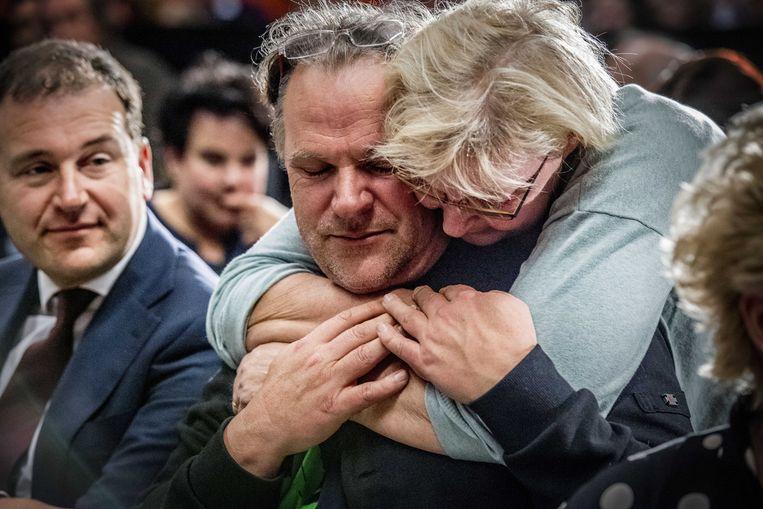 PvdA-voorzitter Spekman, die opstapt, wordt getroost tijdens de ledenraad. Links partijleider Asscher. Beeld ANP