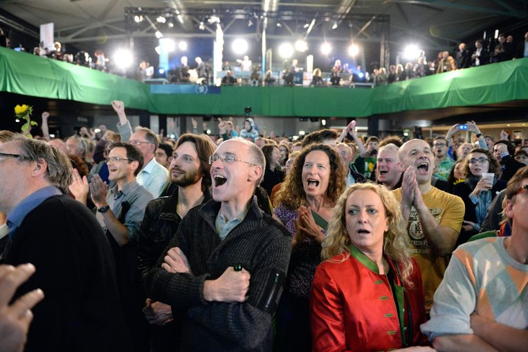 epa03878934 Supporters of the German Green Party react to the results of the 2013 German federal election at the Columbiahalle in Berlin, Germany, 22 September 2013. German Chancellor Angela Merkel's coalition partner, the Free Democratic Party, may lose all its seats in the German parliament, falling short of a 5-per-cent threshold, but the result is still too close to call, television exit polls show.  EPA/SOEREN STACHE Beeld EPA
