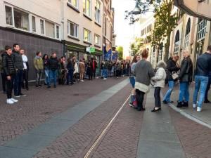Testen voor toegang in Enschede: vriendinnen nemen rij voor lief vanwege biosavond