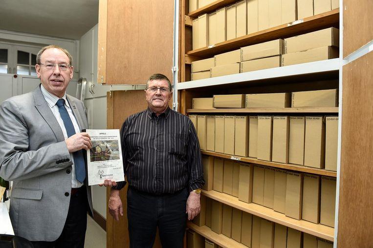 Voorzitter Ben Waterschoot (links) en Tony Drieghe van de Vereniging voor Familiekunde zijn opgelucht dat er nu toch een nieuw onderkomen gevonden is.