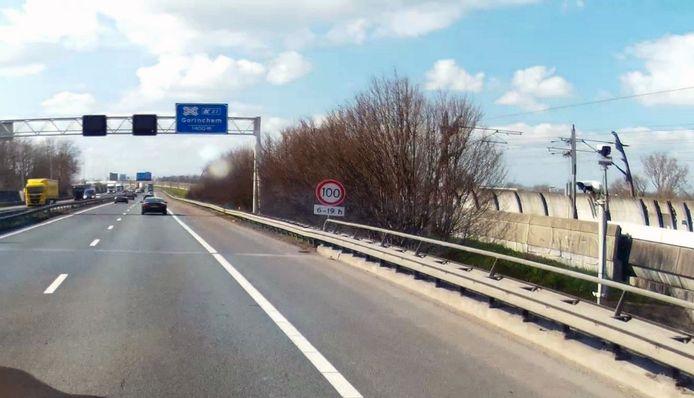De camera's die vrachtwagens met gevaarlijke stoffen telden, stonden ter hoogte van het Merwedekanaal aan beide zijden van de A15.