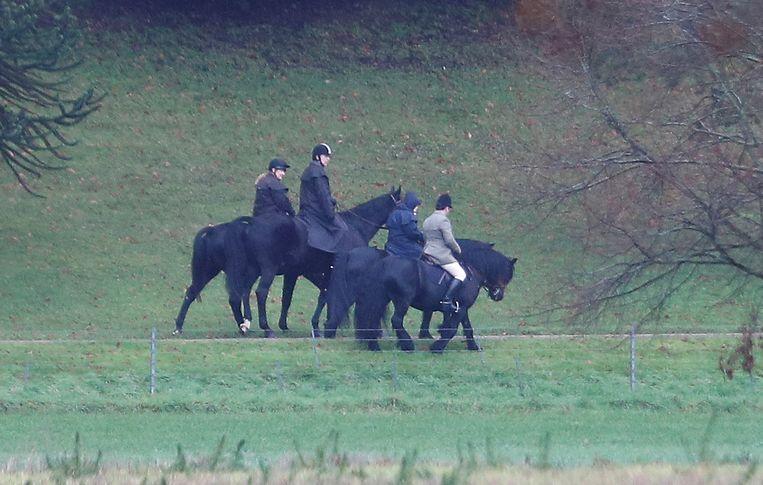 Prins Andrew maakt vrijdag een tochtje te paard met zijn moeder (tweede van rechts) bij Windsor castle.   Beeld Reuters