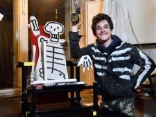 Kunstenaar Koen (20) vertimmert rood-blauwe stoel: 'Oeps... Het is mogelijk toch een echte Rietveld'