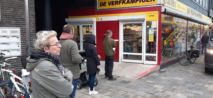 Drukte bij de Verfkampioen op de Leenderweg in Eindhoven.