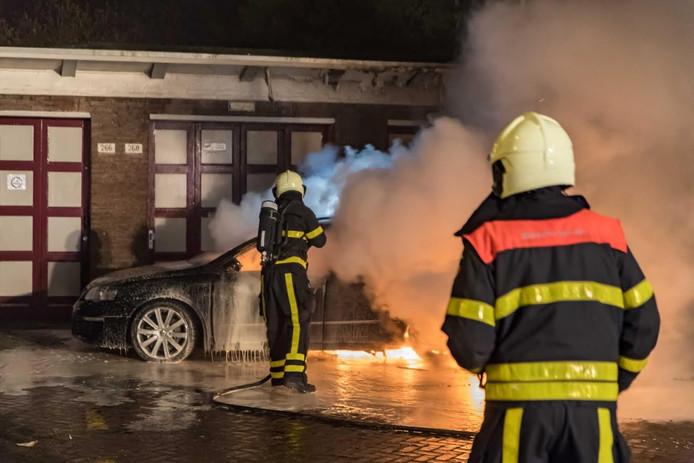 Een autobrand aan de Edisonlaan in Tilburg in april 2016. De auto stond gesignaleerd als gestolen.