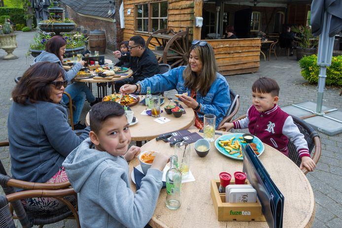 Lunch op het terras van restaurant De Mispelhoef.