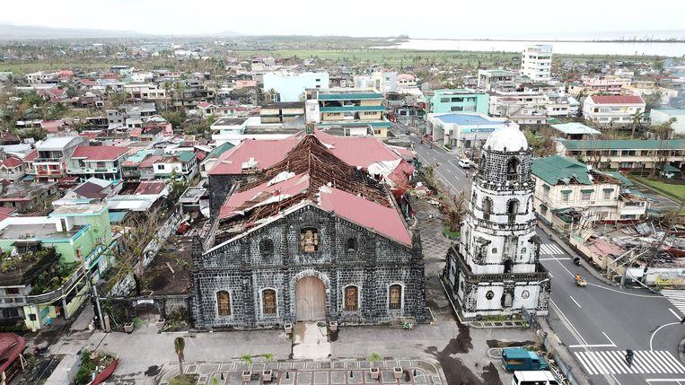 De tyfoon heeft het dak van een kerk in het stadje Abay afgerukt.  Beeld AFP
