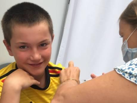 """Matheo a reçu sa première dose le jour de ses 12 ans: """"Je suis fier d'être le plus jeune vacciné"""""""
