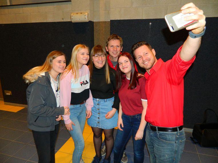 Na de lessen reanimatie mochten de leerlingen op de foto met de populaire acteurs.