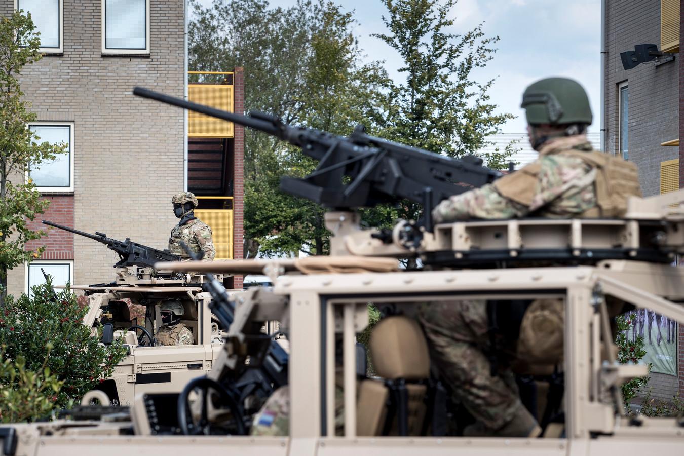 Commando's vinden dat ze rondlopen met helmen die aanvoelen als 'karton'.