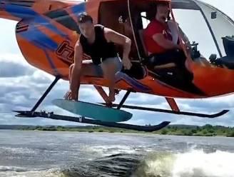 Surfer springt vanuit helikopter op golf