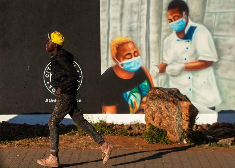 Een promotieposter  voor coronavaccinatie  in Duduza township, ten oosten van Johannesburg, Zuid-Afrika, 23 juni. Beeld AP