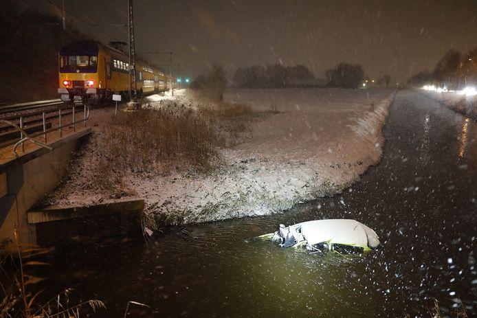 De auto belandde in het water naast het spoor.
