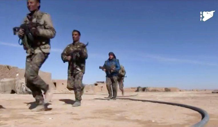 Beeld uit een SDF-video toont strijders in het oosten van Raqqa tijdens gevechten met IS Beeld ap