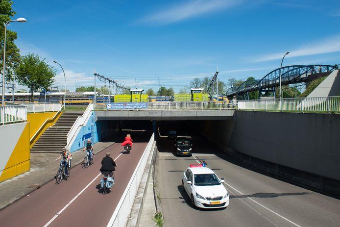 De Van Karnebeektunnel ging in 2017 voor het eerst tijdelijk open voor verkeer vanuit de richting Assendorp. Binnenkort begint een proef met openstelling in beide richtingen. Die proef duurt een jaar.