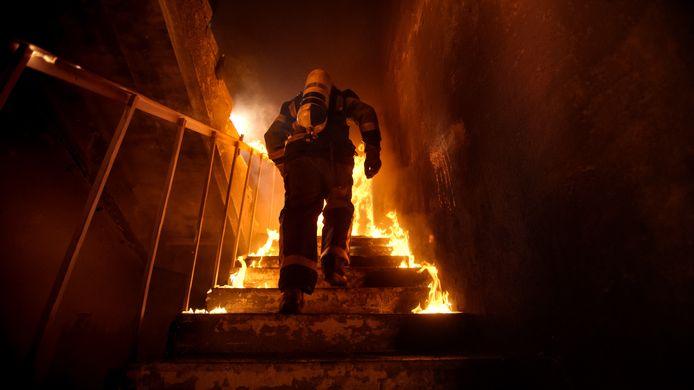 Foto ter illustratie.  Een brandweerman heeft een uitstekende intuïtie nodig om te overleven.
