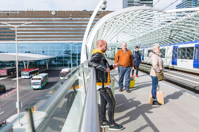 Randstadrail geldt als het voorbeeld voor de nieuwe lightrail tussen Leiden en Dordrecht. Hier wachten reizigers op Den Haag Centraal op een voertuig richting Rotterdam. Het kabinet trekt een miljard euro uit voor het regionale ov.