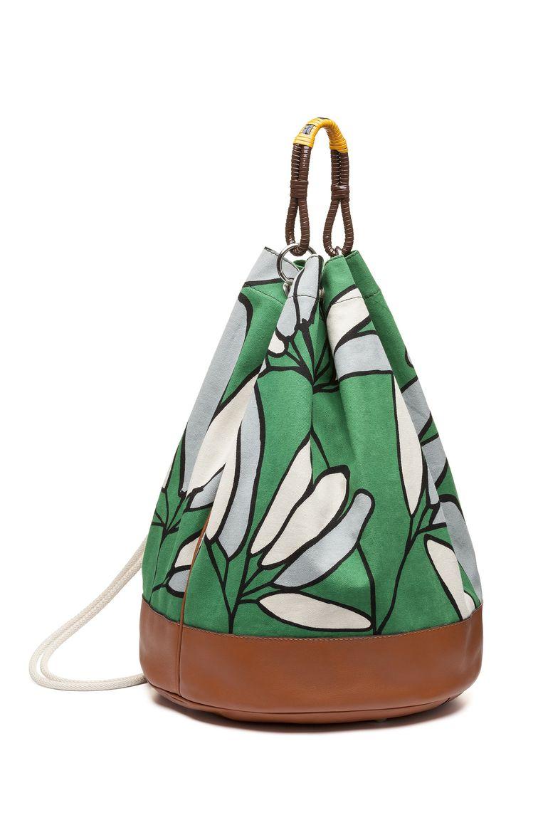Tas van stevige katoen met bloemenprint en leren afwerking van Marni, € 950. Beeld Marni