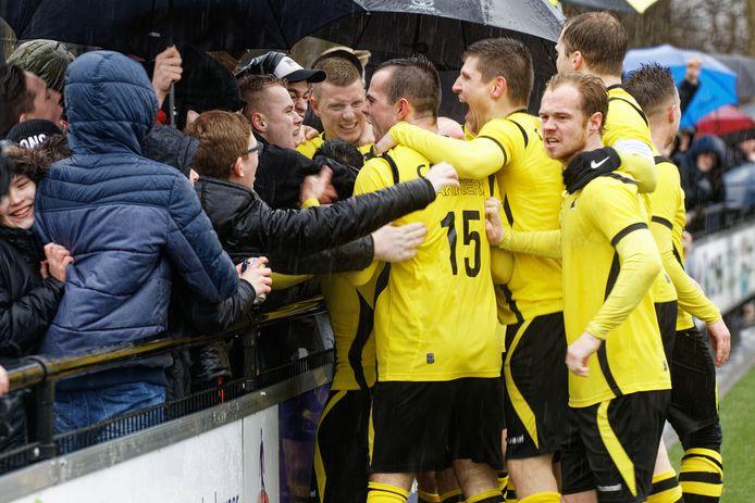 Grote vreugde bij de spelers van Be Ready als kort na rust eerst de gelijkmaker, en vervolgens de 2-1 valt. De spelers vieren de voorsprong met het publiek, ondanks de regen massaal langs de kant.