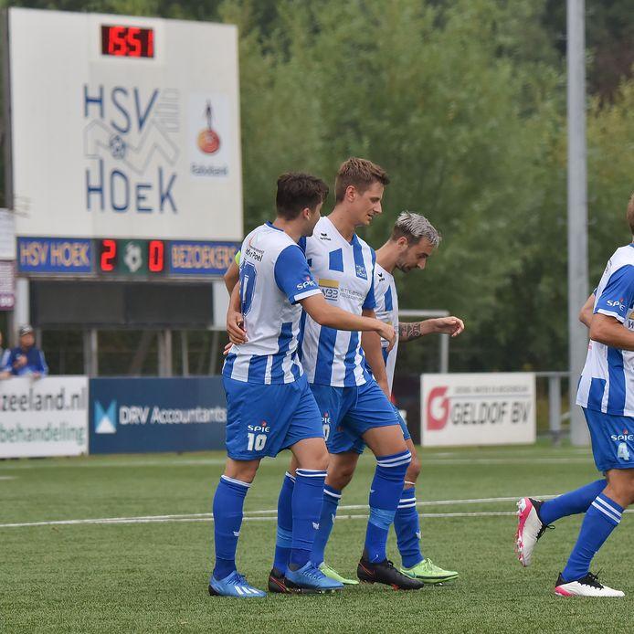 Hoek leidde vorige week na 16 minuten met 2-0 door goals van Rik Impens (links) en Steve Schalkwijk (midden). De ploeg kon die voorsprong echter niet vasthouden tegen Harkemase Boys (2-2).