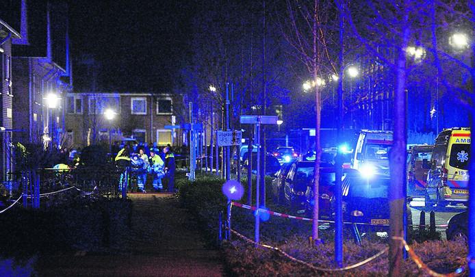 Het slachtoffer van de schietpartij op 16 december 2014 werd door ambulancepersoneel afgevoerd.