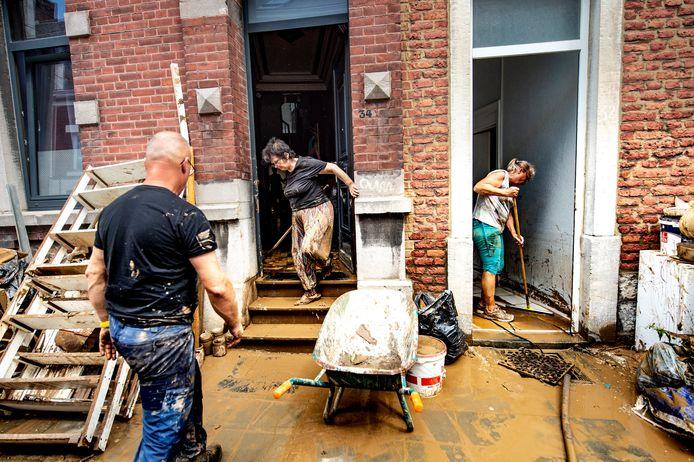 De nasleep van de overstromingen in Namen afgelopen weekend, de foto werd gisteren gemaakt.
