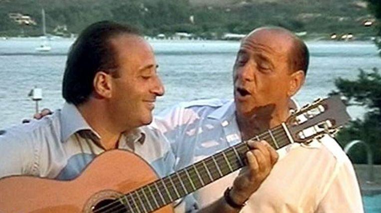 De Italiaanse premier Berlusconi en zanger Mariano Apicella. © afp Beeld