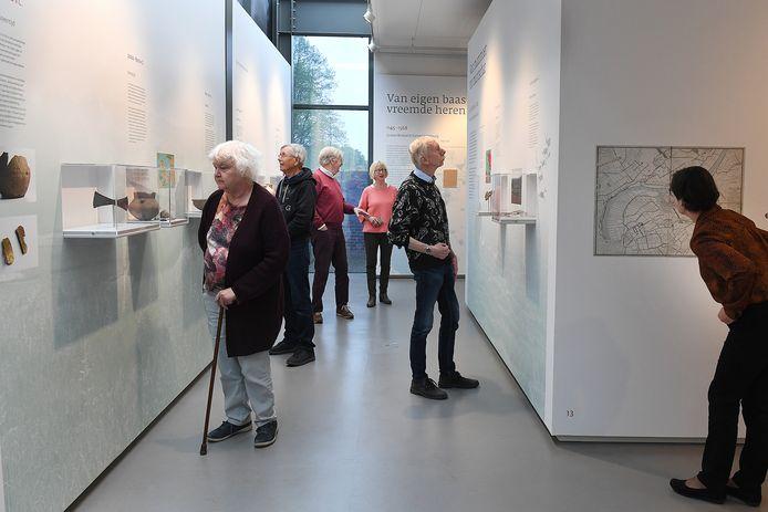 Vrijwilligers van het Graafs Museum nemen vast een kijkje in de historie van Grave.