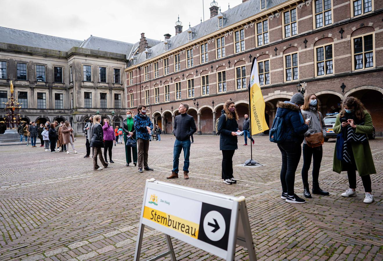 Drukte op het Binnenhof voor het stembureau in de Eerste Kamer