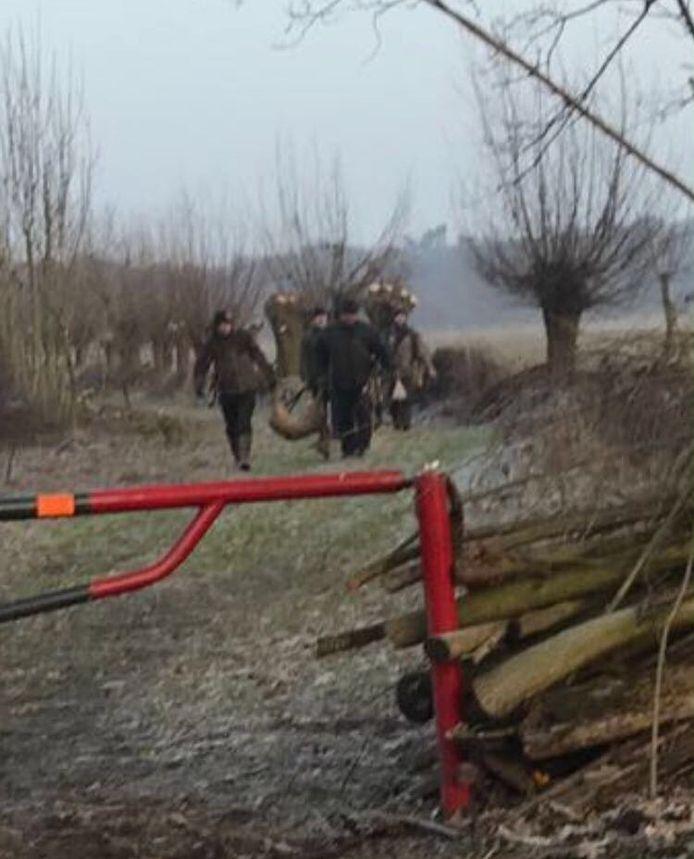 Jagers dragen de reegeit weg uit Het Goor, bij Herperduin.
