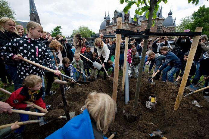 Leerlingen van Arnhemse basisscholen planten een koningslinde bij Musis in Arnhem, jaren geleden.