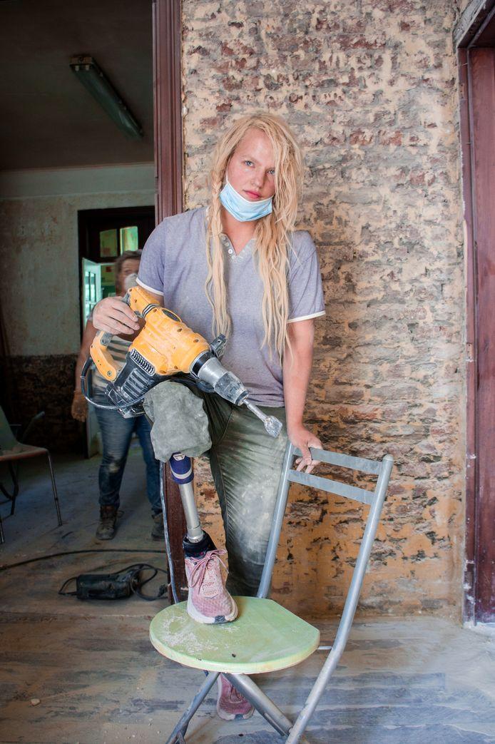 Malgré sa prothèse, Tatou Ania n'hésite pas à donner de sa personne et à passer plusieurs heures chaque semaine dans les décombres des maisons.