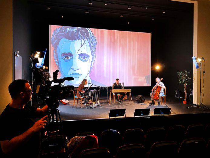 Opnames in Cinecitta te Tilburg, Simon Keats achter de toetsen, op de achtergrond de door Ivo van Leeuwen 'vervloekte' illustratie.