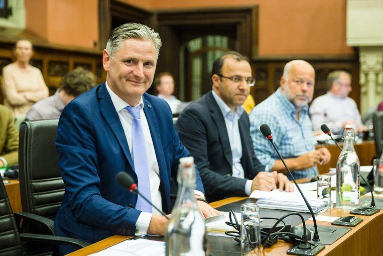 Carl Dedecker (links) wil alle 18-jarigen uitnodigen op het stadhuis