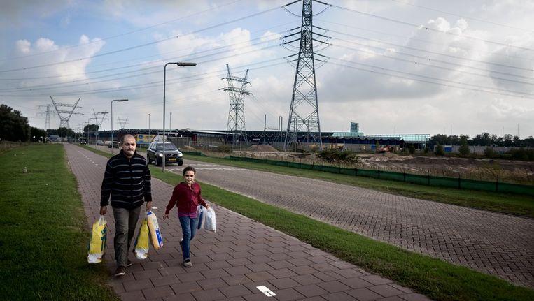 De Overdiemerweg gaat verdwijnen wanneer de geplande verbindingsweg tussen IJburg en de snelweg A1 klaar is. Aan deze weg ligt onder andere het Winkelcentrum Maxis. Beeld Rink Hof