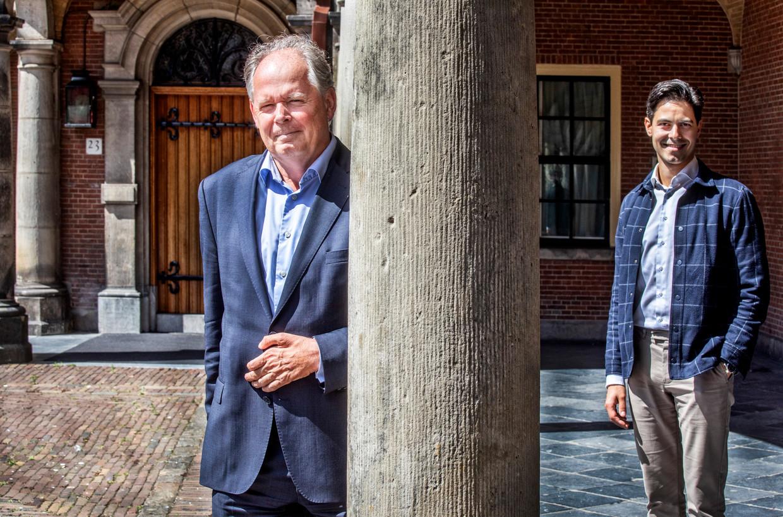 Rob Jetten (r) en Paul van Meenen (l) van D66 op het Binnenhof.  Beeld Raymond Rutting / de Volkskrant