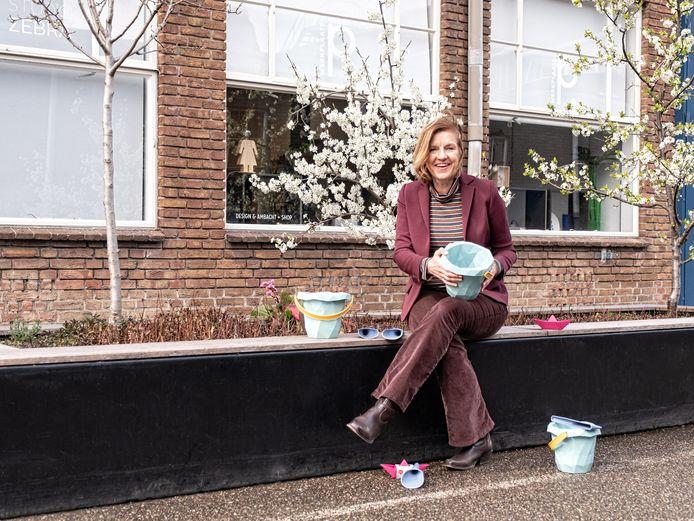 Polianne van Oord met strandemmertjes van Zsilt: 'Sylvia kwam met het idee van het circulaire strand, omdat daar veel plastic afval ligt dat aanspoelt of door mensen wordt achter gelaten'.
