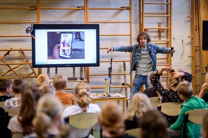 Trashpacker Tijmen Sissing tijdens zijn presentatie voor leerlingen van de Morgenster.