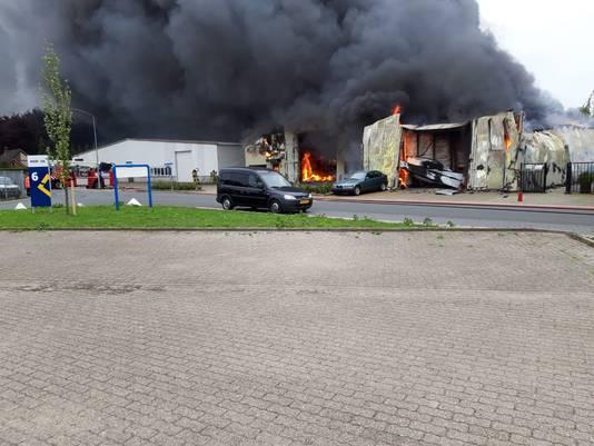 De loods van het autobedrijf in Vorden staat in lichterlaaie. Enorme rookwolken trekken over het bedrijventerrein.